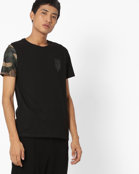 Crew-Neck T-shirt With Camouflage Print Sleeve By AJIO ( Black )