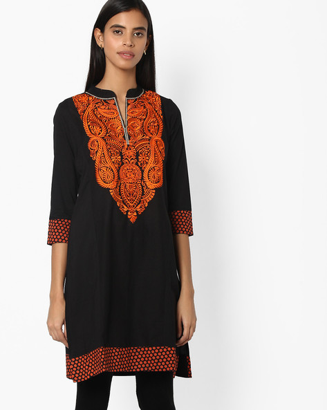 Kurta With Paisley Embroidery By Jiyaa ( Black )