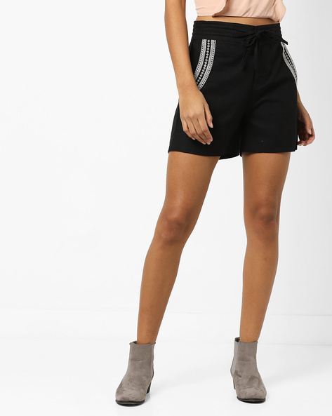Mid-Rise Shorts With Embroidery By AJIO ( Black )