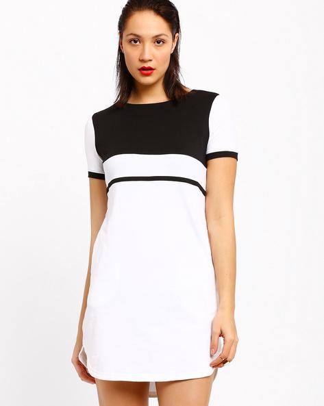 Monochrome Shift Dress With Curved Hem By AJIO ( Black )