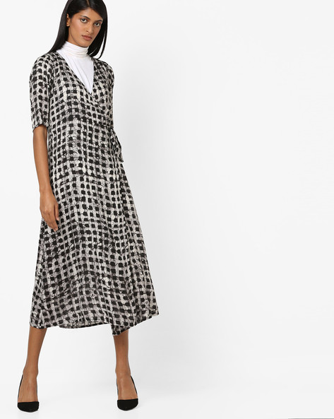 Checked Midi Dress With Surplice Neckline By Aujjessa ( Black )