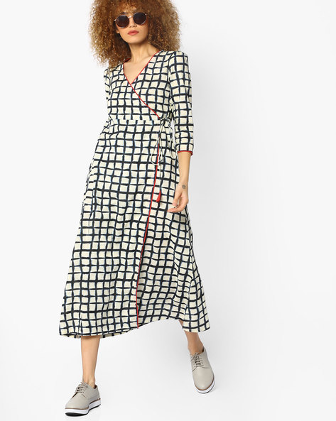 Checked Midi Dress With Overlapping Front By AJIO ( Black )