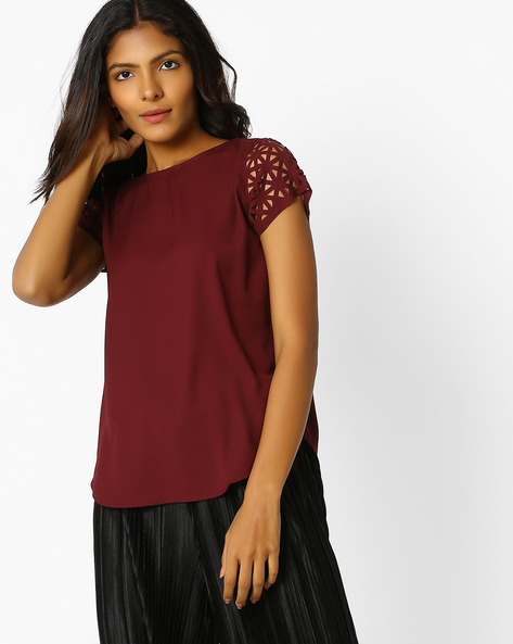 Top With Laser-Cut Sleeves By Sassafras ( Maroon )