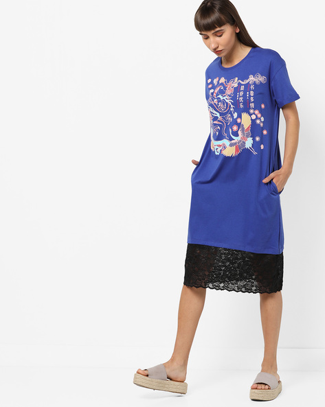 Graphic Print T-shirt Dress With Lace Panelled Hem By AJIO ( Blue )