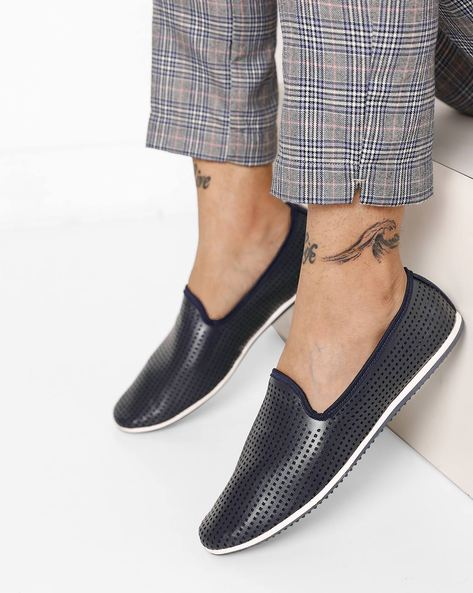 Low-Top Slip-Ons With Cutouts By AJIO ( Navy )